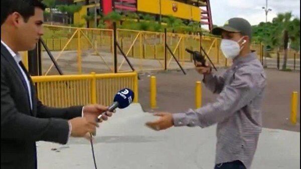 During the live broadcast, the robber robbed the journalist