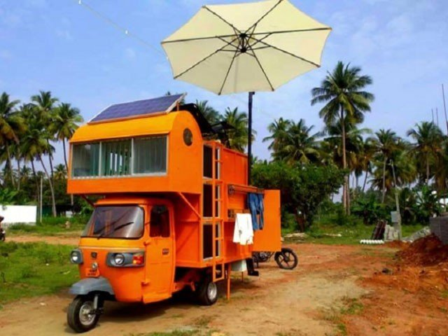 In India, a young man surprised everyone by building a house on a rickshaw